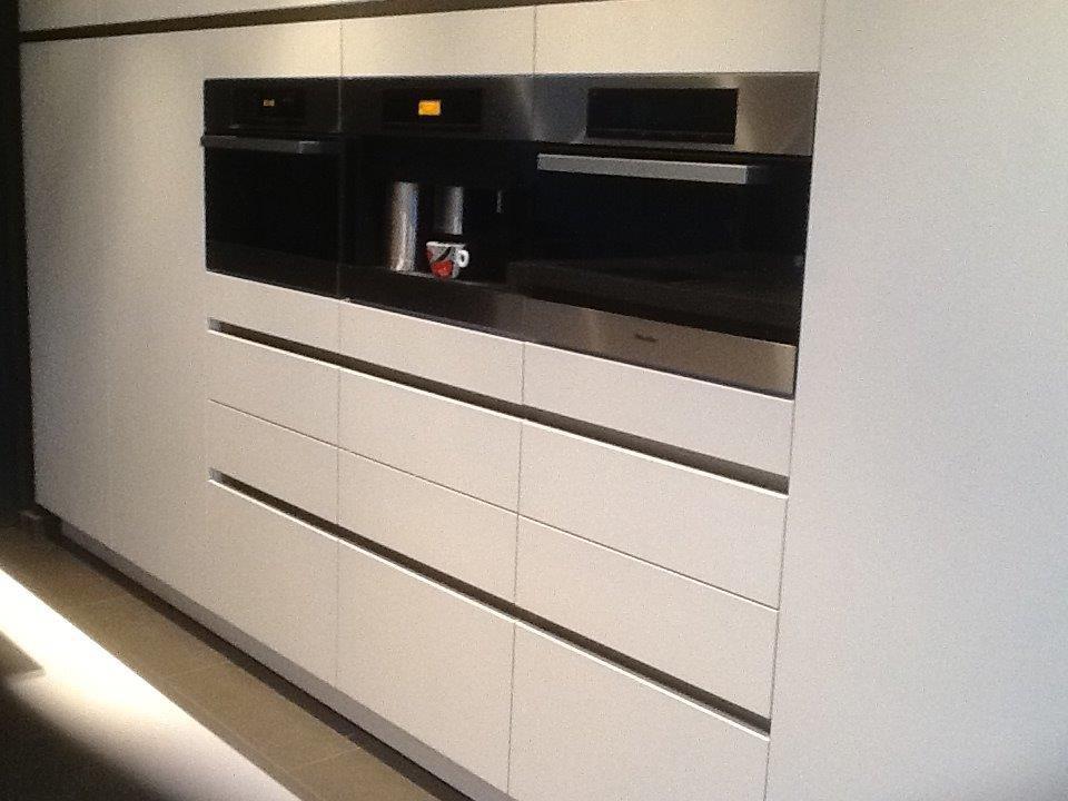 greeploze keuken met fronten in poederlak en miele inbouwtoestellen