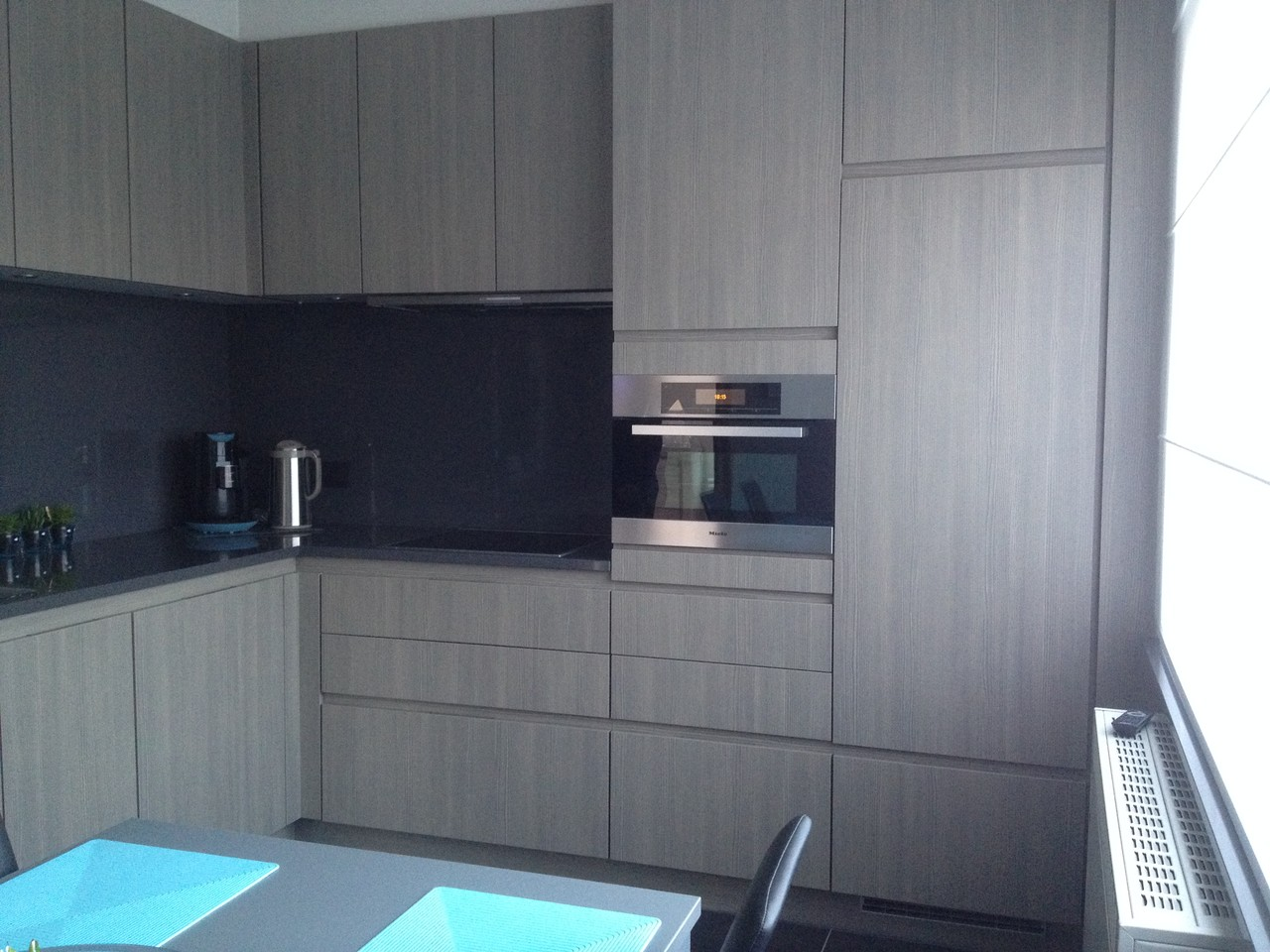 keuken met fronten in houtstructuur en miele inbouwtoestellen