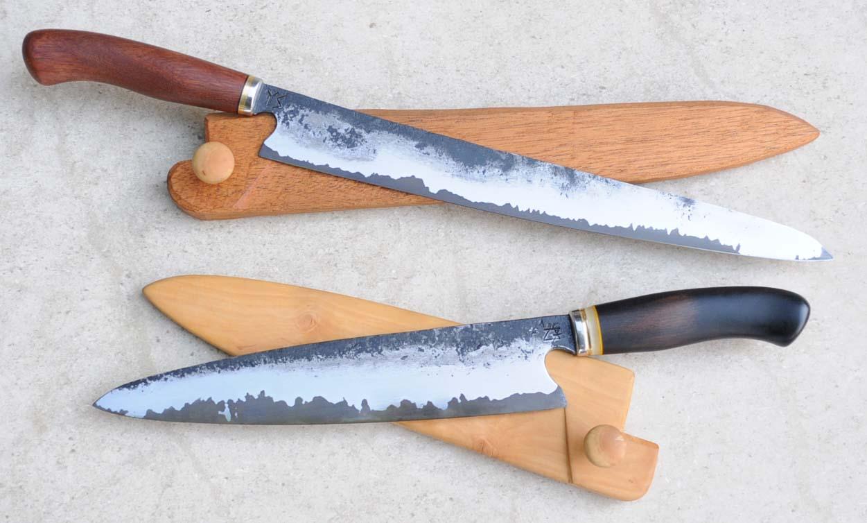 Schinken und Kochmesser auf den dazugehörigen Sayas