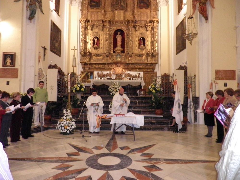 El Consiliario Diocesano, don Tomás Pajuelo, bendice las insignias