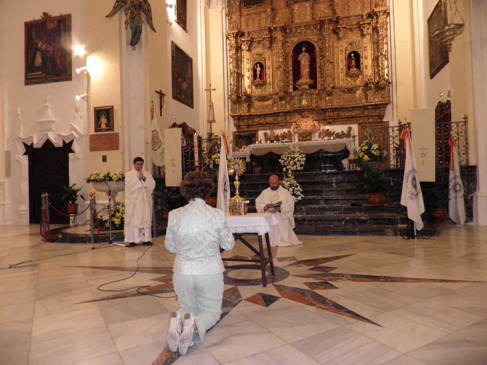 La Presidenta de la nueva sección, Belén González, hace la presentación de adoradores