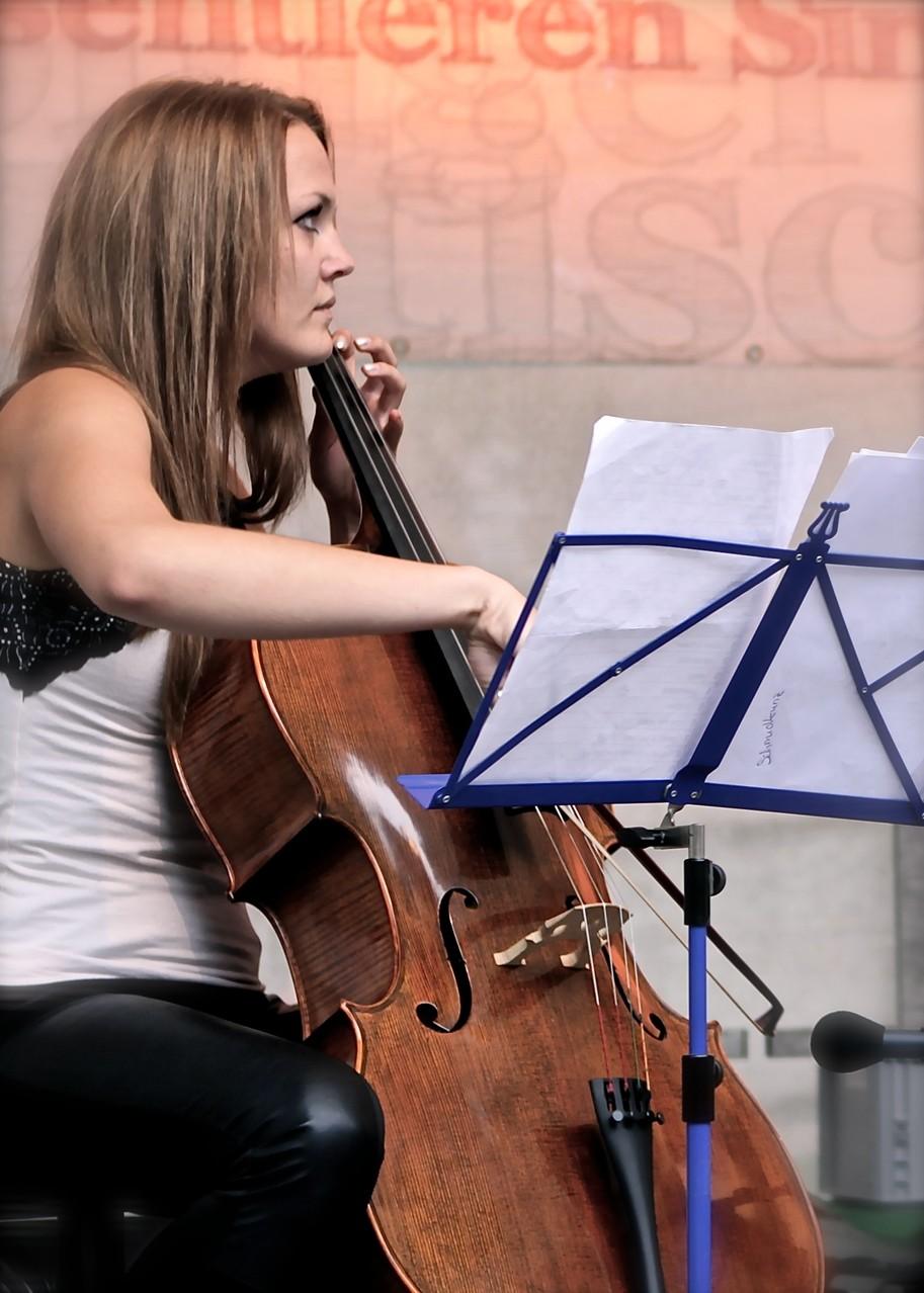 Linda Schmidkunz (Cello) Die Musiker der Band von ulf hartmann. Livemusik (Singer-Songwriter) aus Braunschweig. Foto: André Pause