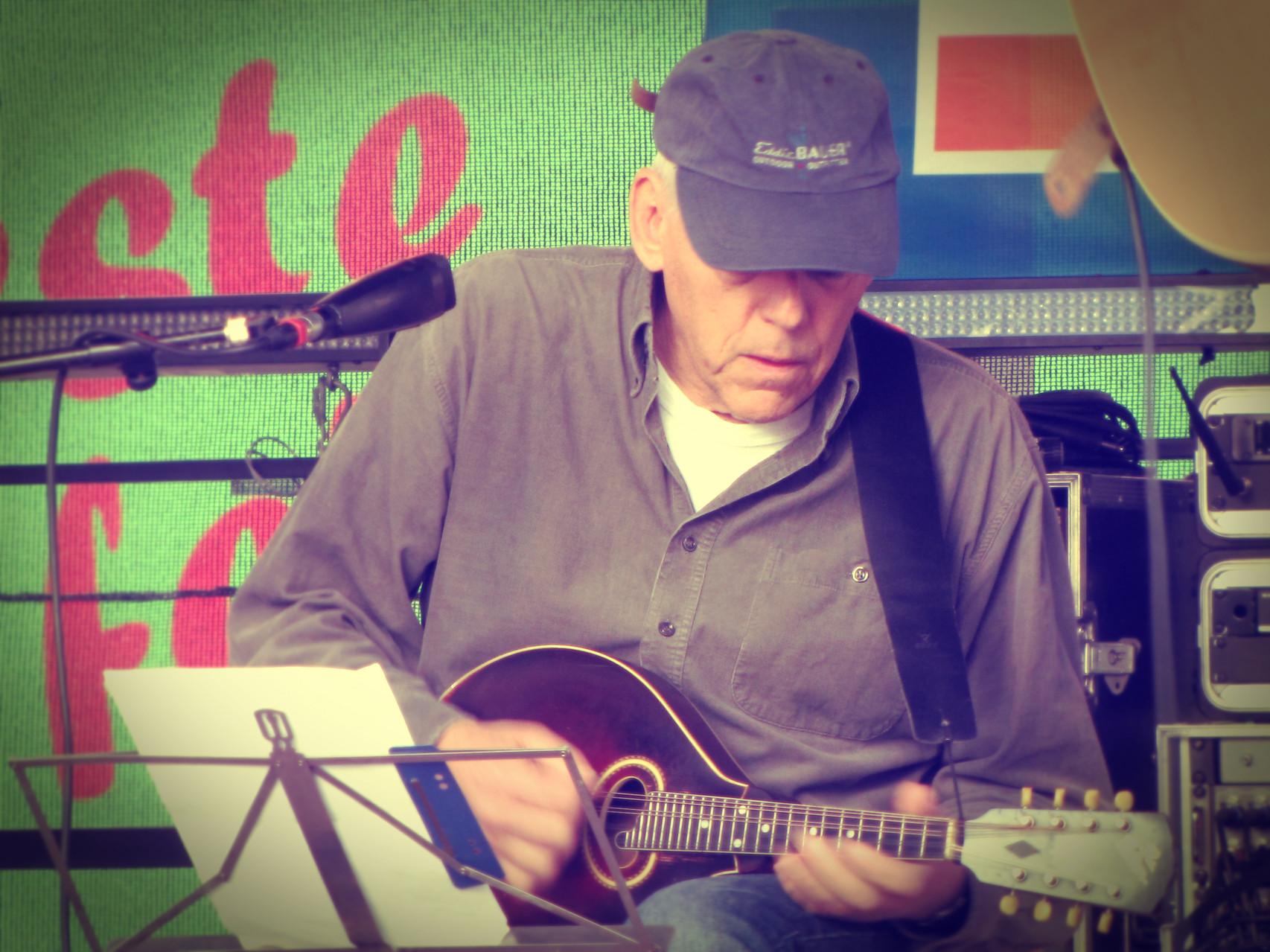 Rainer Guth (Mandoline) Die Musiker der Band von ulf hartmann. Livemusik (Singer-Songwriter) aus Braunschweig. Foto: Udo Eisenbarth