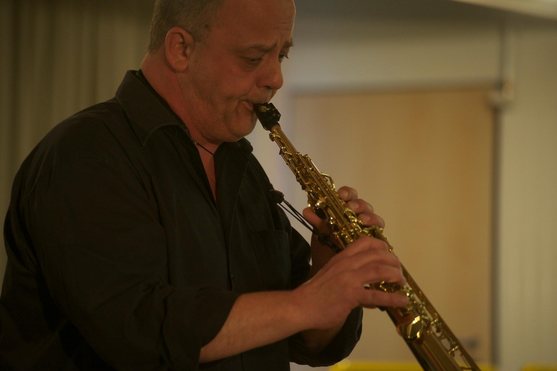Sebastian (Seppl) Scheil (Saxophon) Die Musiker der Band von ulf hartmann. Livemusik (Singer-Songwriter) aus Braunschweig. Foto: Hans Scheschonk