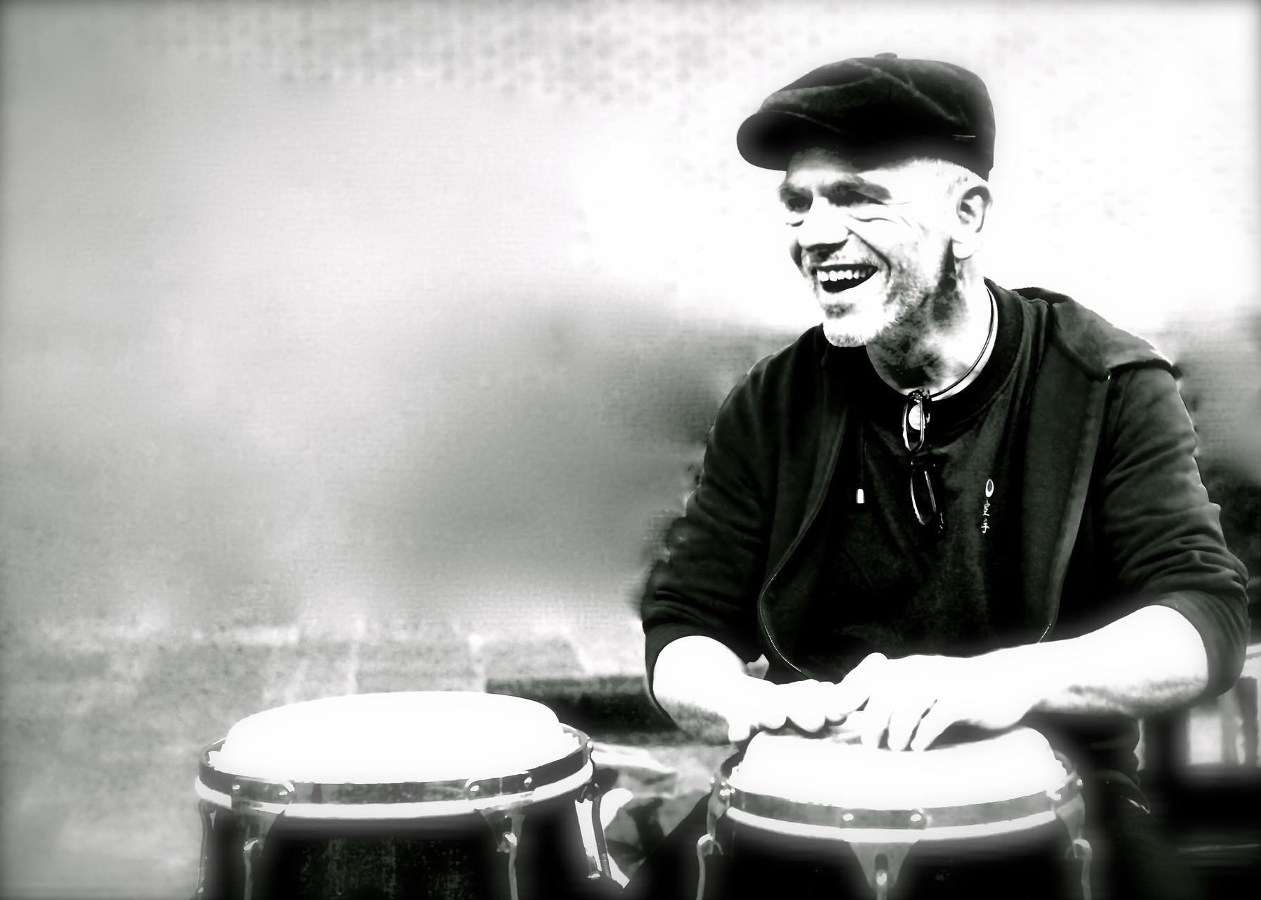 Burkard Wittlief (Perkussion) Die Musiker der Band von ulf hartmann. Livemusik (Singer-Songwriter) aus Braunschweig. Foto: Udo Eisenbarth