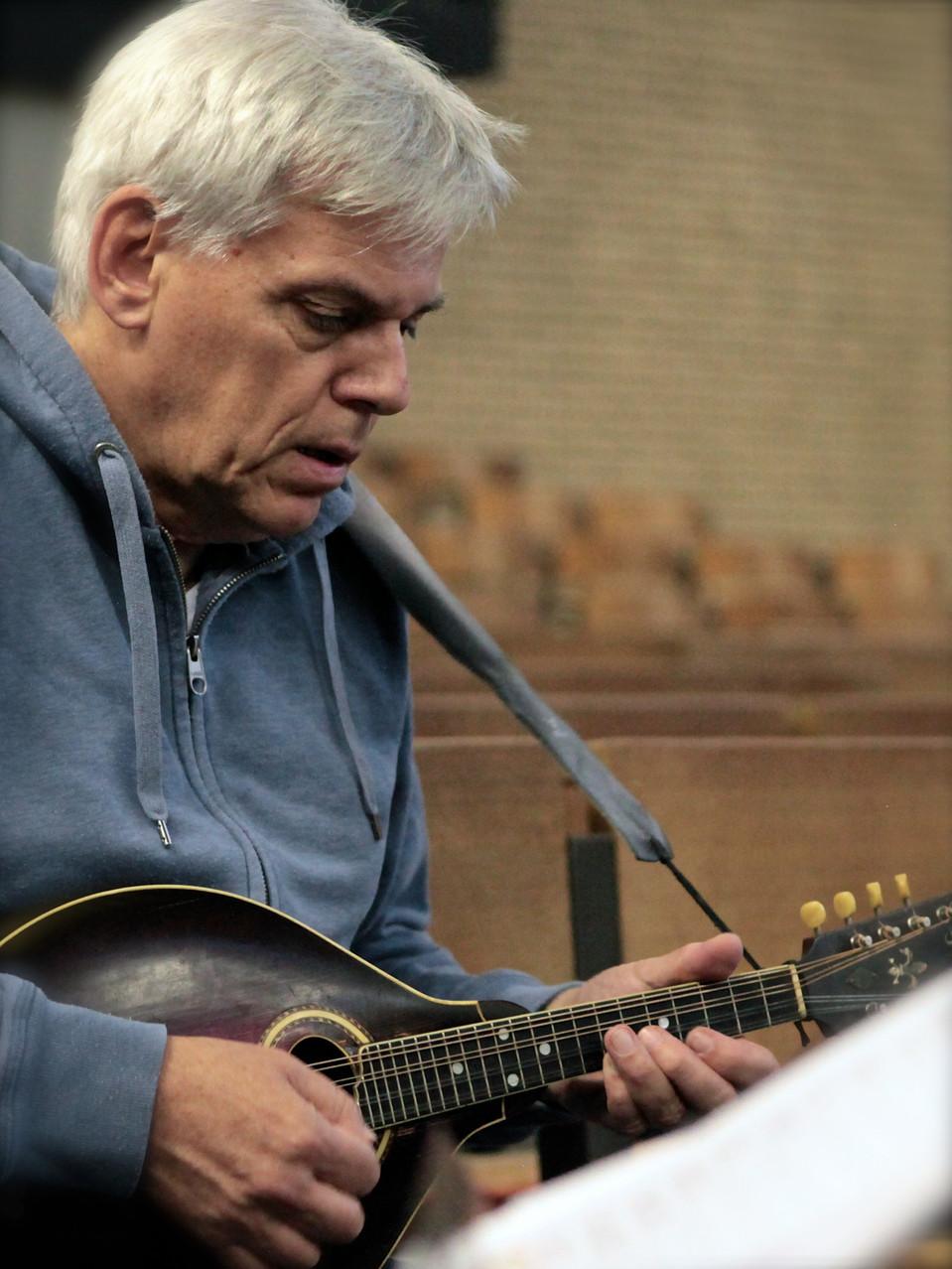 Rainer Guth (Mandoline) Die Musiker der Band von ulf hartmann. Livemusik (Singer-Songwriter) aus Braunschweig. Foto: André Pause