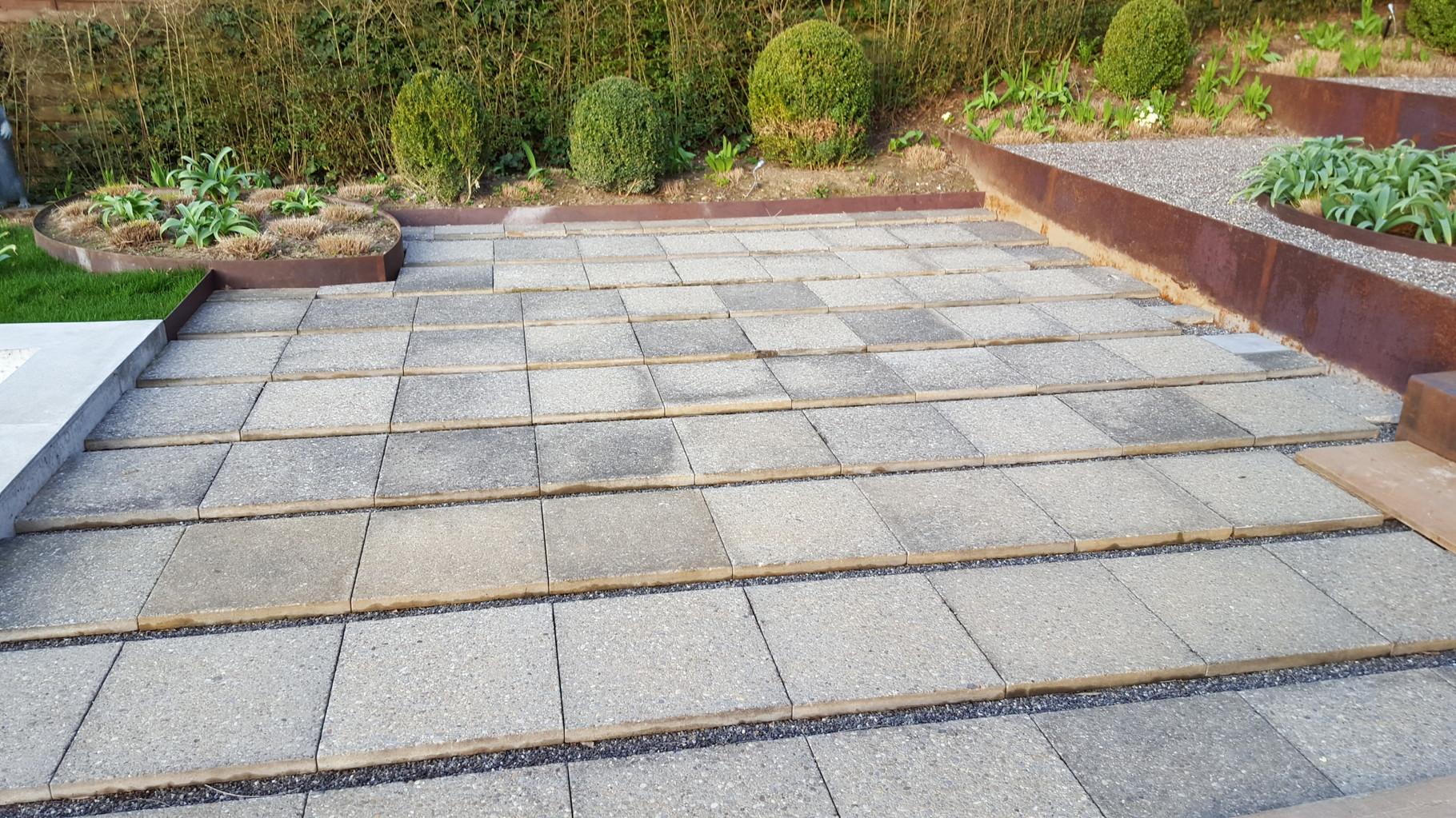 Als Unterkonstruktion dienen die alten Gartenplatten, die der Gartenbauer sehr exakt verlegt hatte. (DANKE)