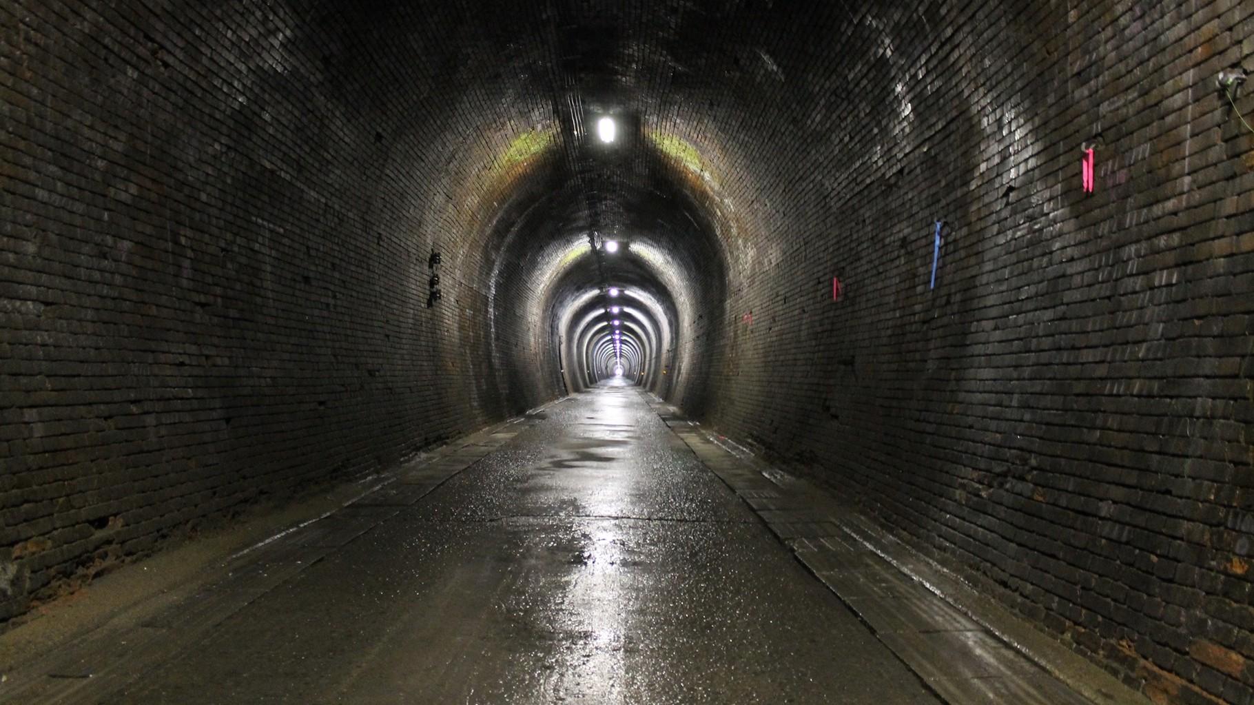 山中トンネル内部。