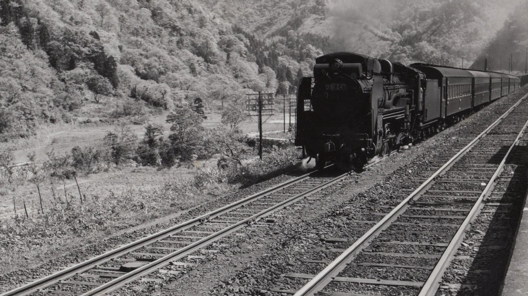 昭和37年当時、新保駅ホームから敦賀方面より着た列車を撮影したもの。