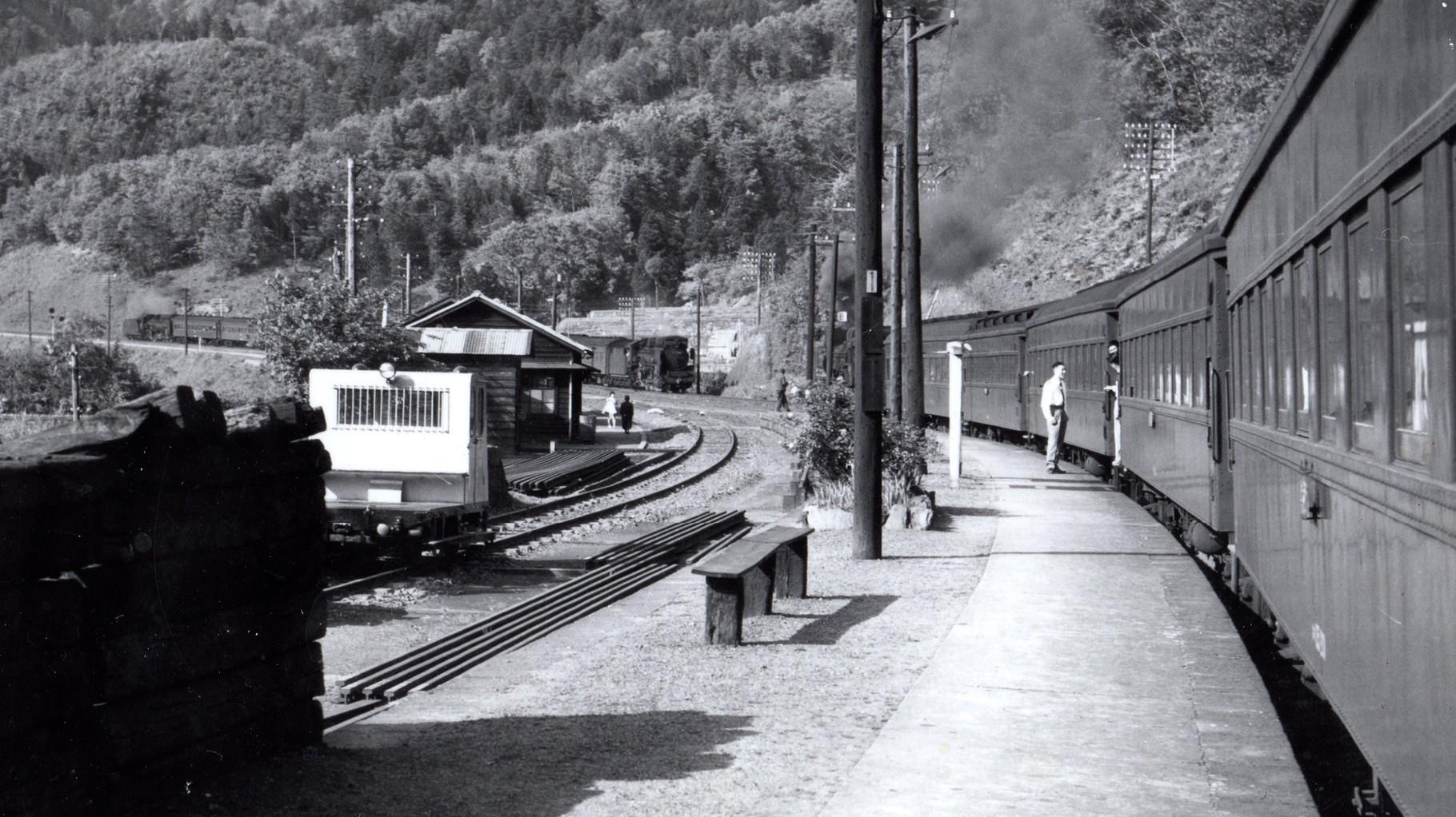 昭和37年当時の杉津駅。今庄方面より前後にD51の列車が到着するところ。