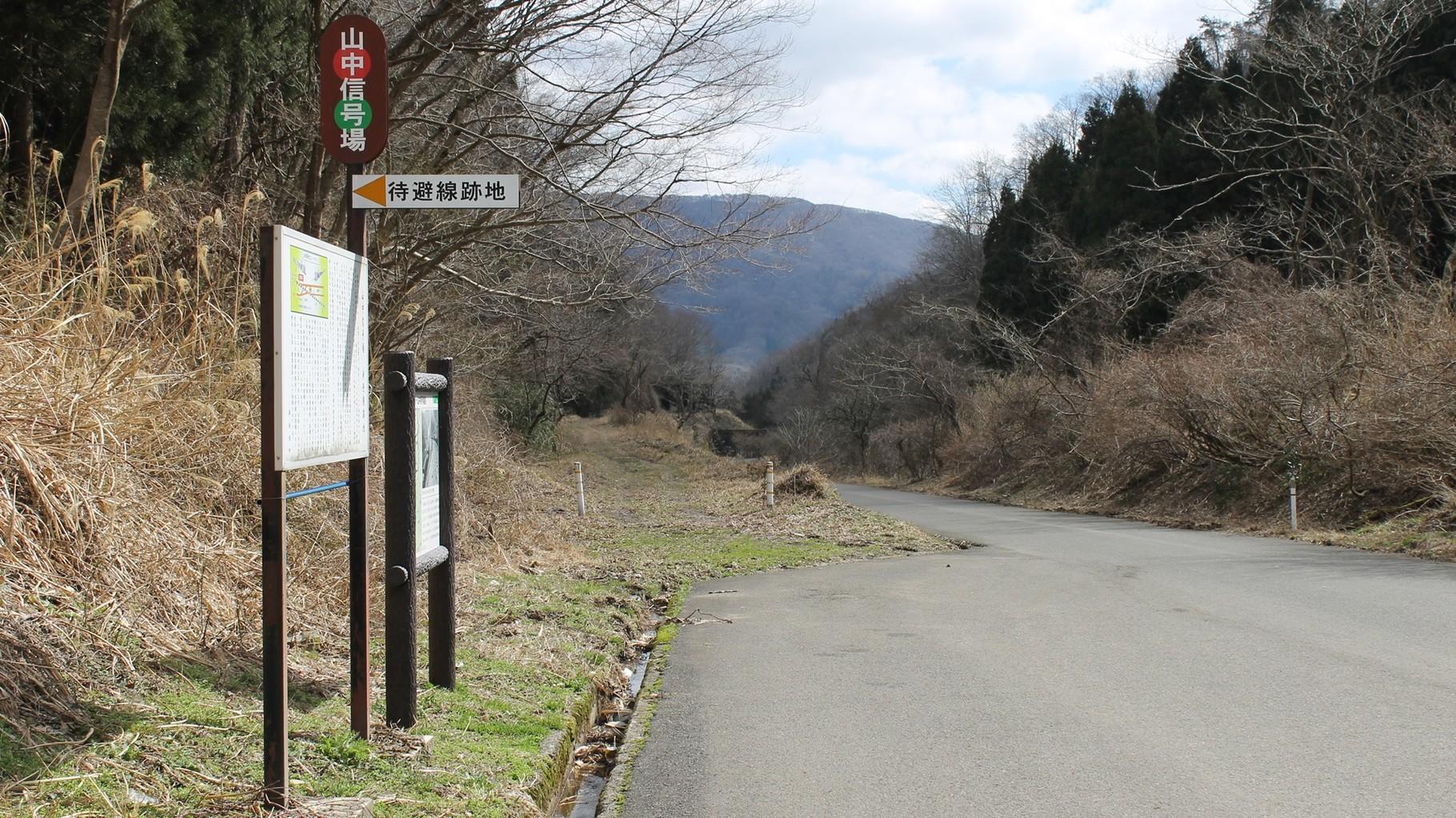 山中信号所跡。右は本線。左がスイッチバック用待避線跡。