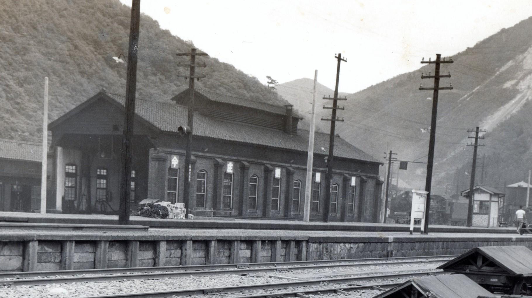 昭和37年当時の今庄駅構内。レンガ造りの機関車格納庫