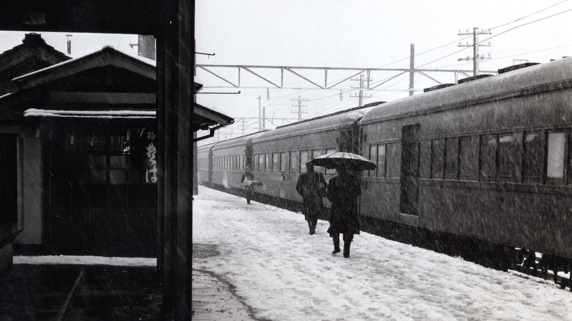 昭和37年当時の今庄駅。左側は、今庄そば(豊岡商店)の店舗