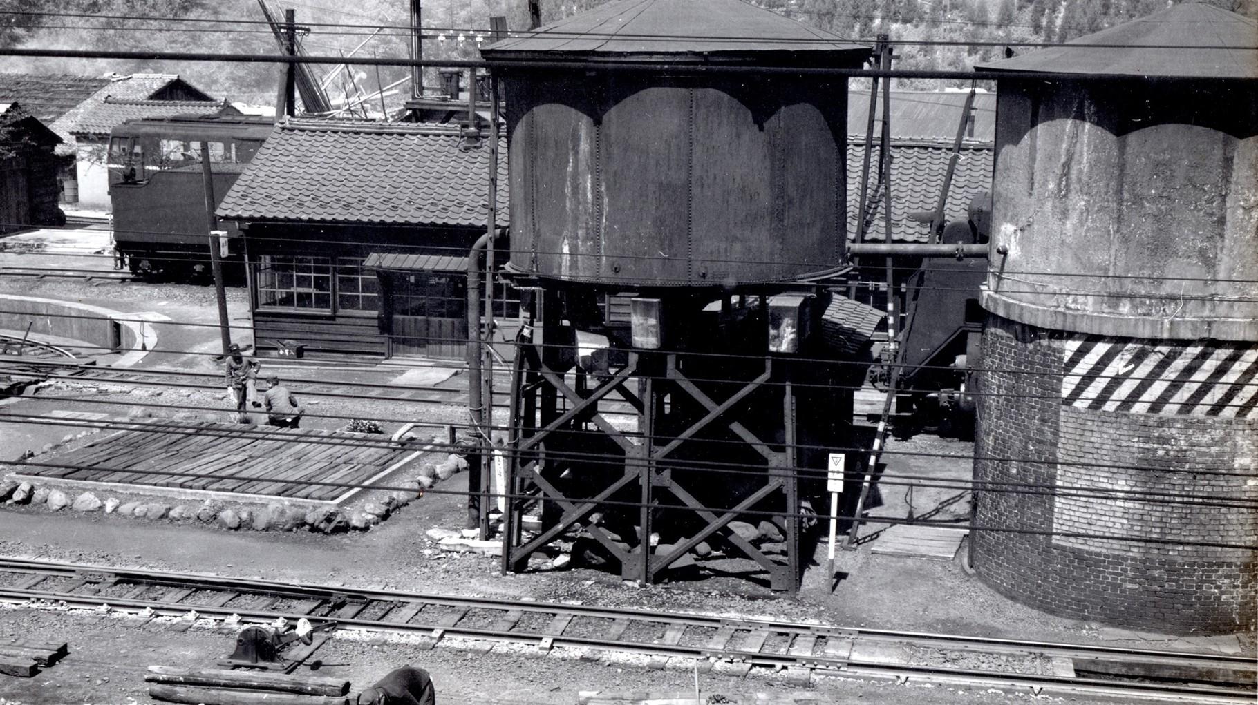 昭和37年当時の今庄駅構内。給水塔