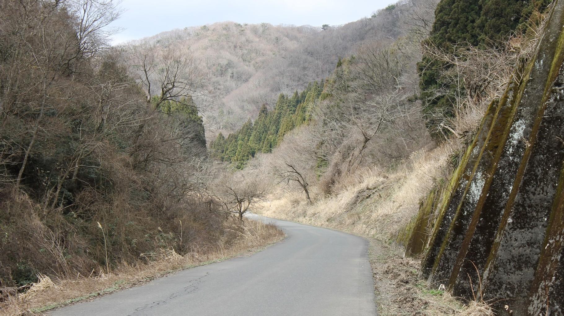 ロックシェッドを過ぎると山中信号所。右上部は待避線。