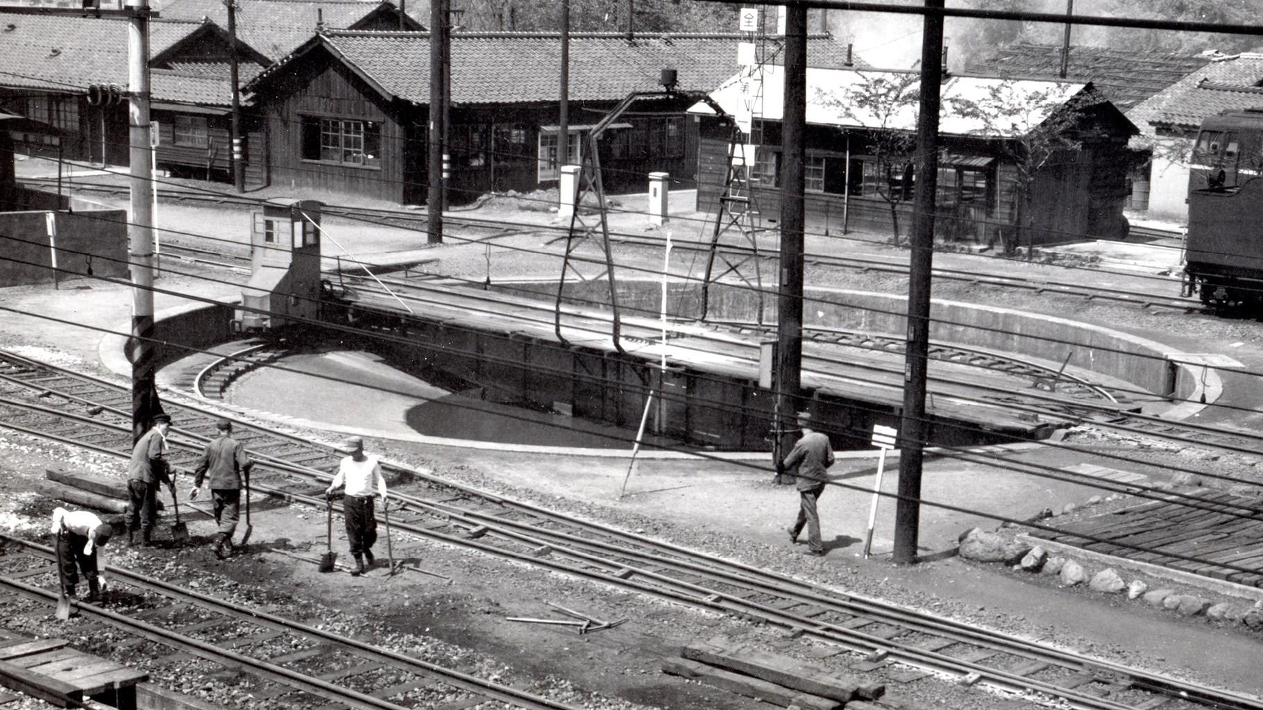 昭和37年当時の今庄駅構内。給水塔の横にあった転車台