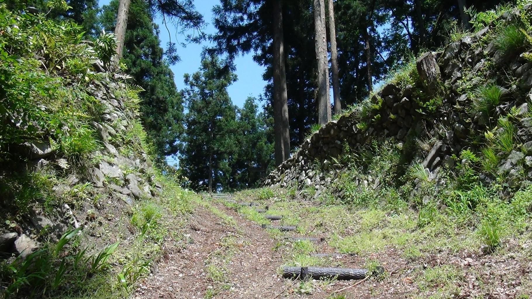 現存している当時の石垣 上が峠