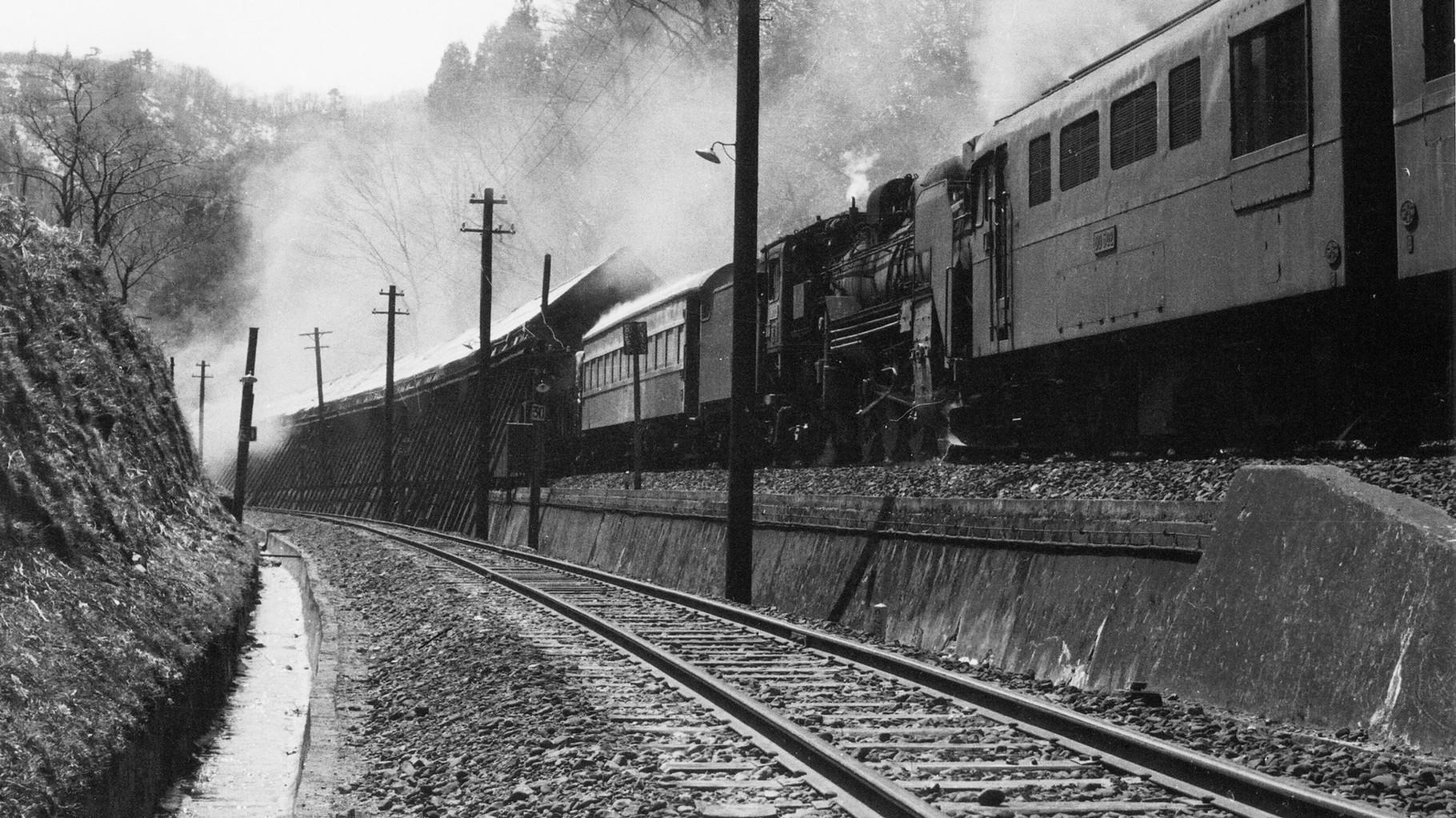 山中信号所。手前が本線、列車はスイッチバック退避線に入っている。