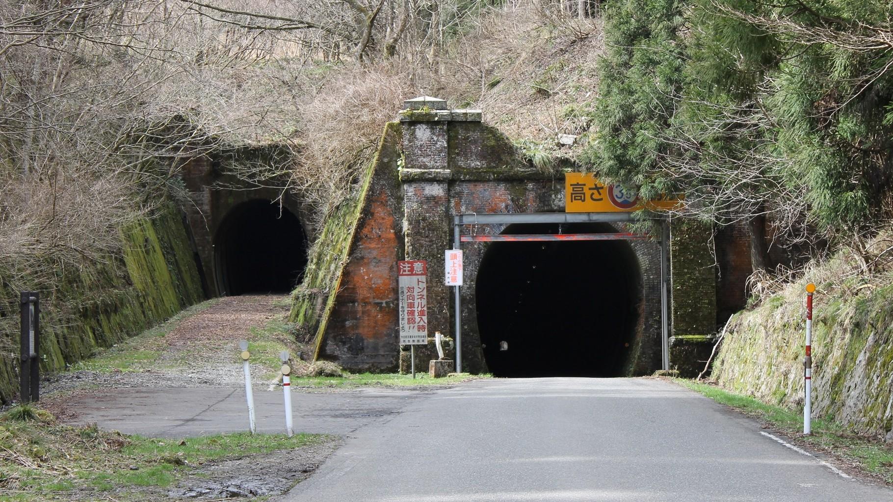 右が山中トンネル。左は、山中信号所スイッチバック延伸用トンネル(行き止まり)