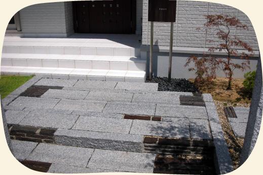造成工事実績:自然石をふんだんに使った玄関アプローチ【門西造園|浜松市】