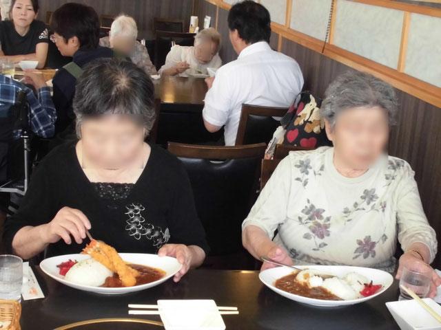 ご利用者の方がレストハウスで食事している画像