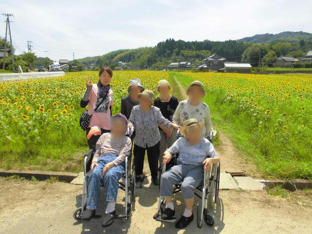 ひまわり畑を背景に記念撮影