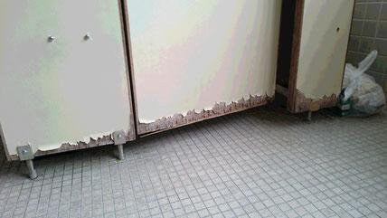 トイレのドア、足元付近が老朽化している画像