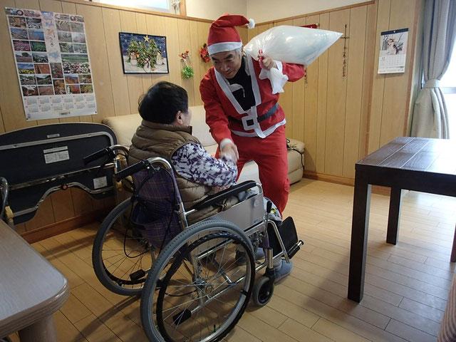 サンタとご利用者様が握手をしている写真