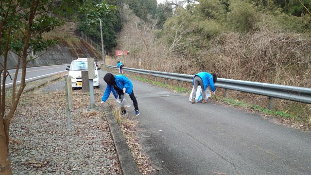 職員が国道を清掃している画像