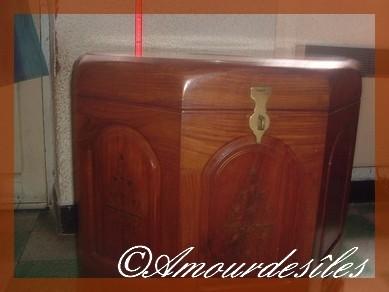 Très beau meuble en bois de rose massif, taillé dans un seul tronc d'arbre et incrusté de laiton, trois petits tiroirs sont installés en bas du meuble....