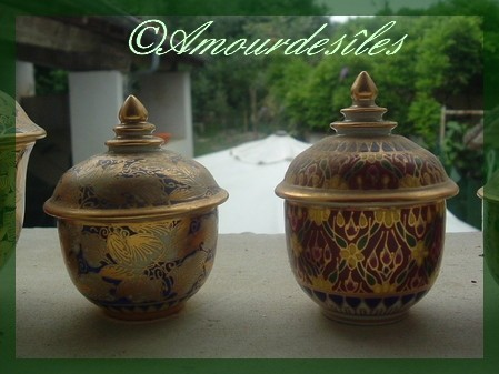 Séries de petits pots faits main et dorés à l'or fin...