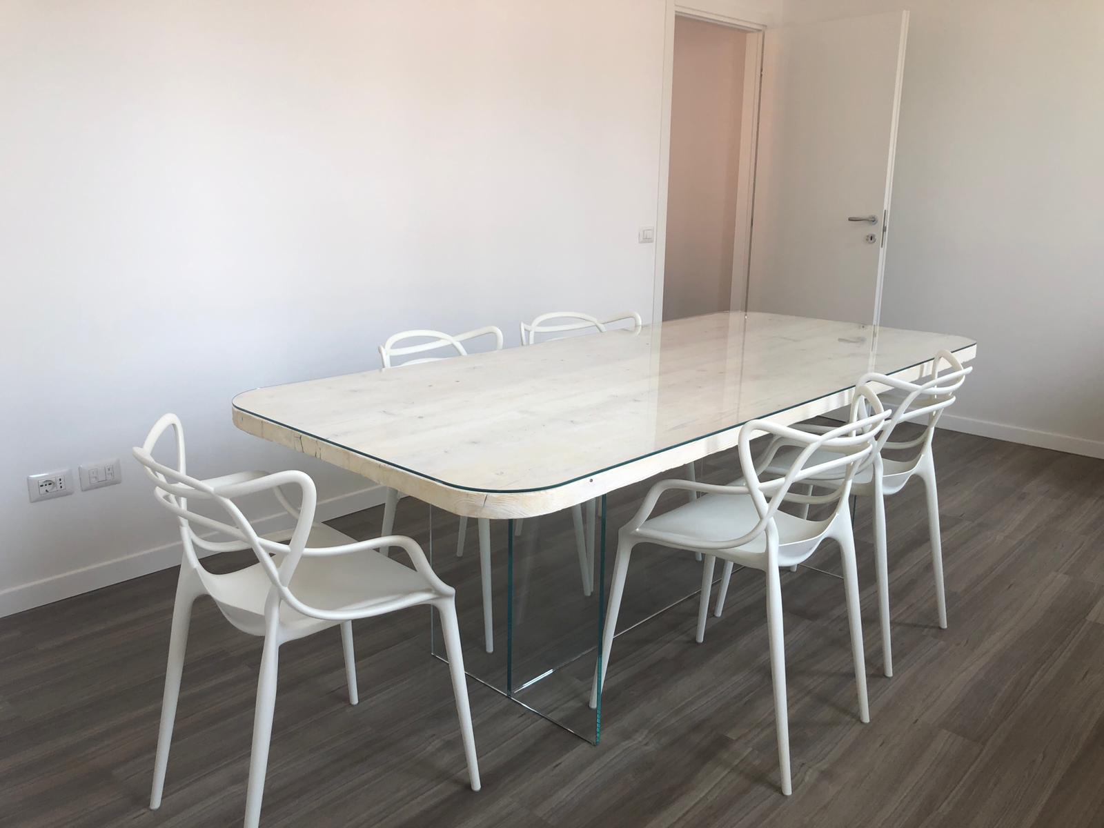 Tavolo in vecchie tavole da ponteggio spazzolate e sbiancate con struttura portante e ripiano in vetro temperato