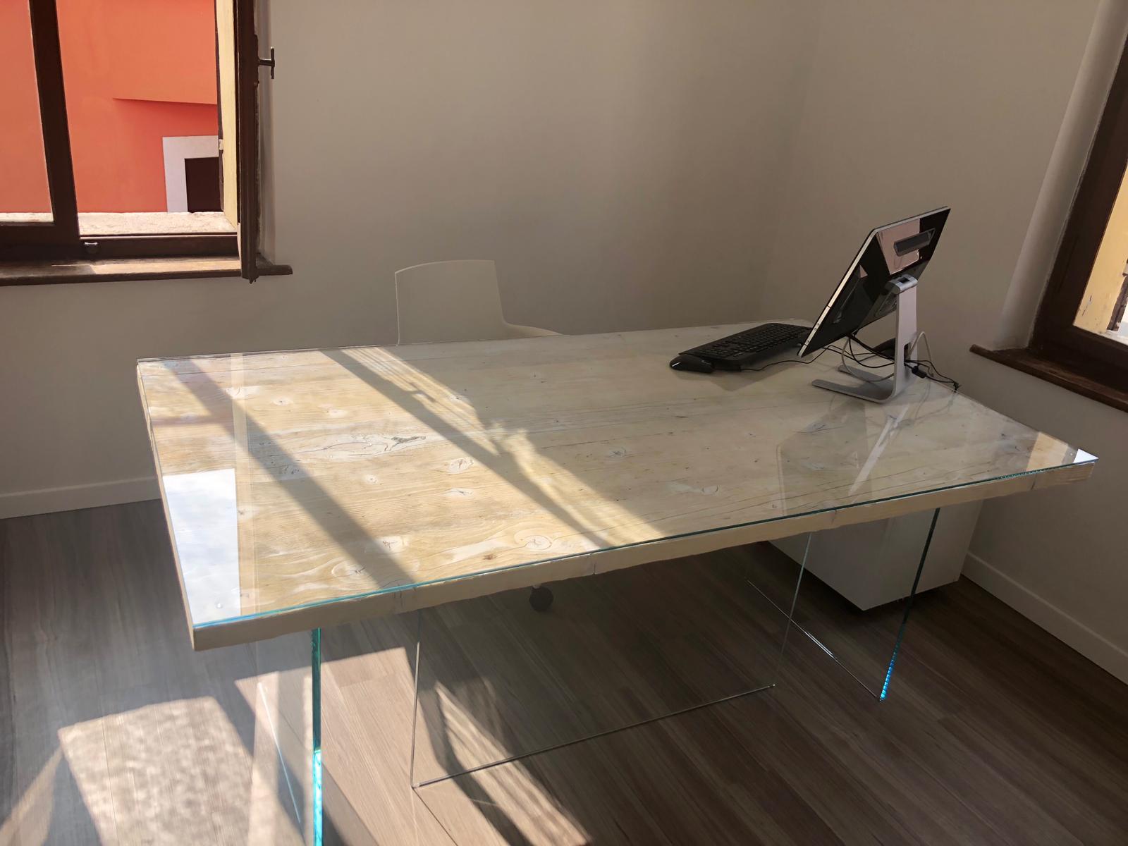 Scrivania in vecchie tavole da ponteggio spazzolate e sbiancate con struttura portante e ripiano in vetro temperato