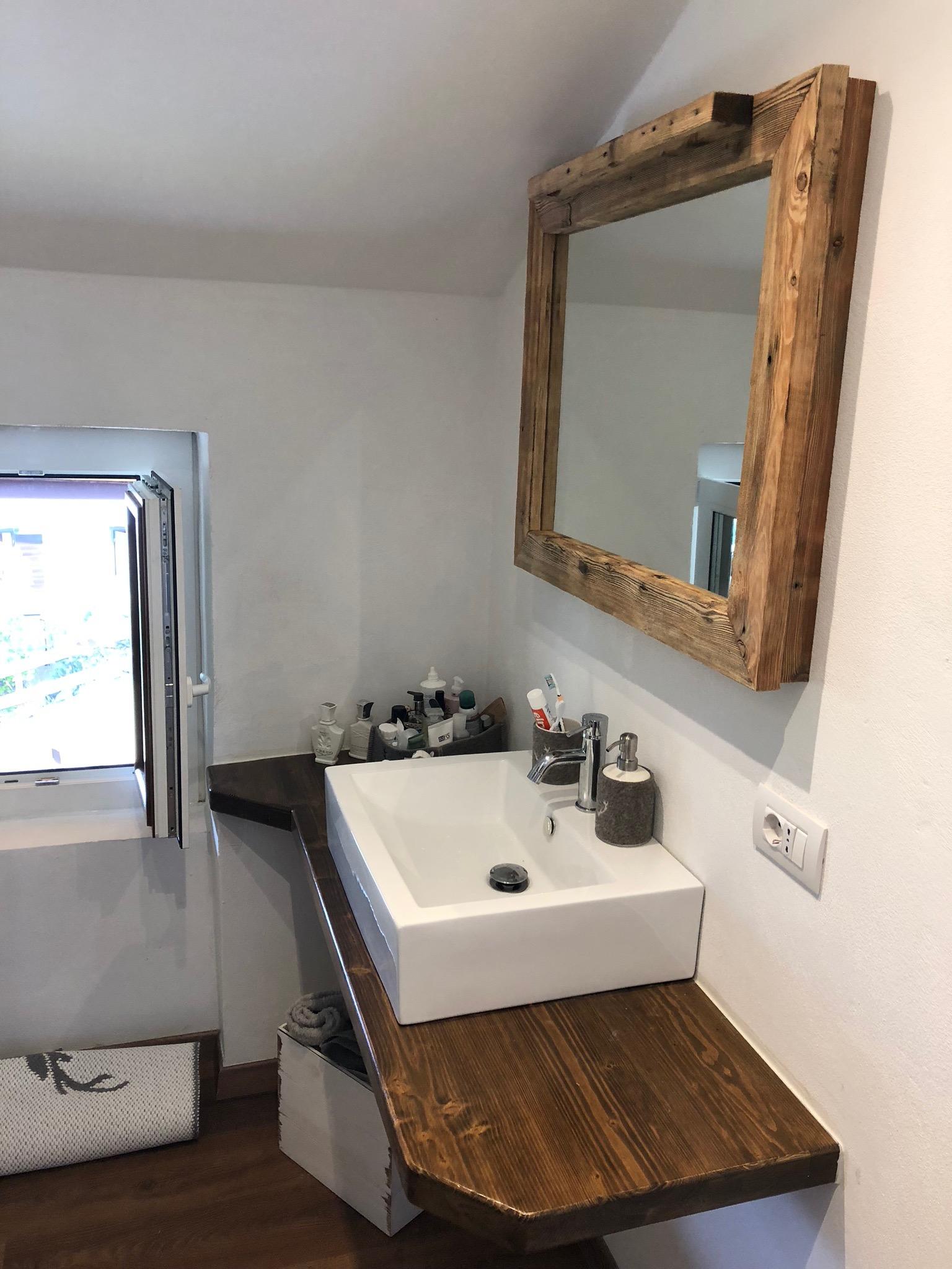 Cornice per specchio con punto luce Led in larice antico spazzolato