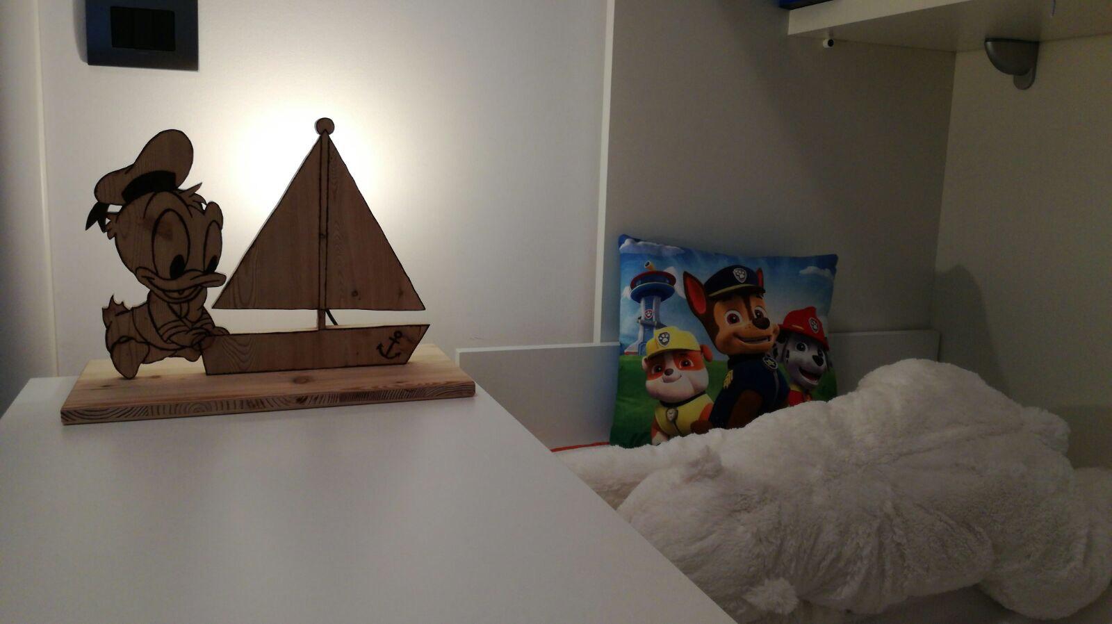 Lampada da comodino per neonato a forma di Paperino con barca a vela e dedica personalizzata