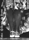 Flamencolkeid mit Lunares, Beine, weiße Schuhe einer Flamencotänzerin auf der Bühne/SW-Foto by Boris de Bonn