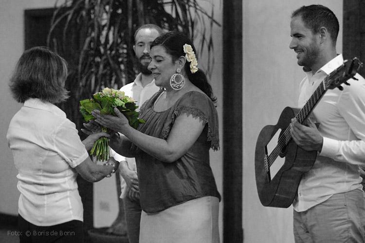 """Blumenübergabe an Flamenco-Tänzerin Rosa Martínez in """"Feurige Momente"""" / Colorkey-Foto by Boris de Bonn"""