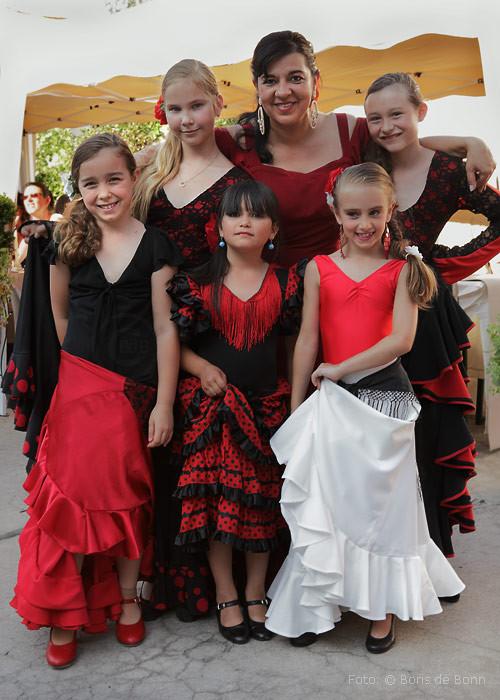 Einige Teilnehmerinnen vom Flamenco-Kinderkurs beim Posing mit ihrer Dozentin Rosa Martínez