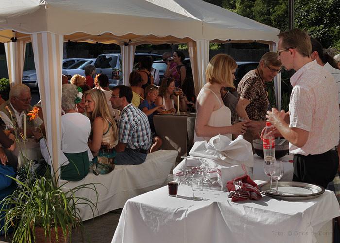 Gäste beim spanischen Sommerfest 2013 im Patio des Tanzstudio La Fragua