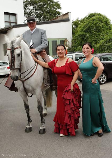 Flamencotanz-Dozentinnen Rosa Martínez (m) & Simi (r) bedanken sich bei Rudolf Neuber für die Reitvorführung.