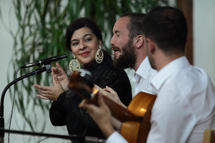 "Flamencotrio ""Alma Flamenca"" mit Tänzerin Rosa Martínez (l), Sänger El Juana (m) & Gitarrist Ismael Alcalde (r) in ""Feurige Momente""/ Color-Foto by Boris de Bonn"