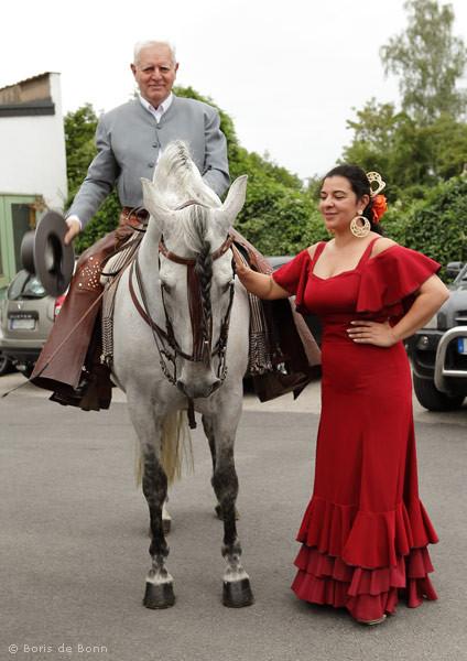 Rosa Martínez begrüsst das andalusische Pferd Cartujano und seinen Reiter Rudolf Neuber