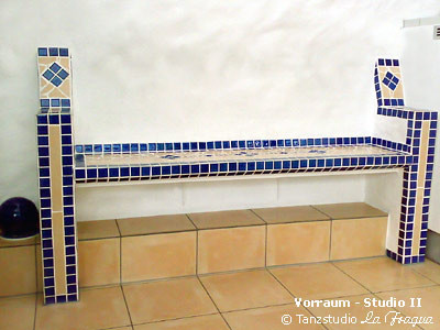 Intergrierte Sitzbank mit Mosaikarbeiten im Vorraum Studio II