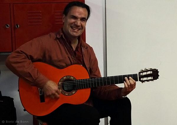 "Flamenco-Gitarrist Franco Carmine gut gelaunt beim ""Warmspielen""."
