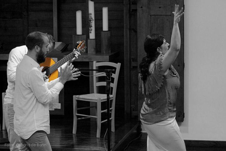 "Bühnenabgang des Flamencotrios ""Alma Flamenca"" mit Bailaora Rosa Martínez (r), Cantaorr El Juana (m) & Guitarrista Ismael Alcalde (l) in ""Feurige Momente""/ © Boris de Bonn"