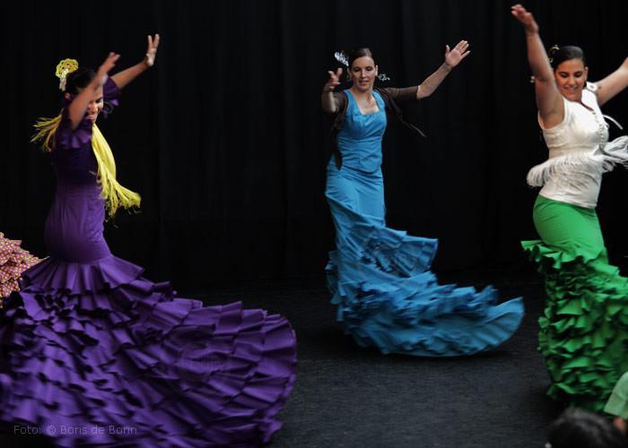 Flamencotanz Cantiñas mit Bata de cola (Tanzschleppe)