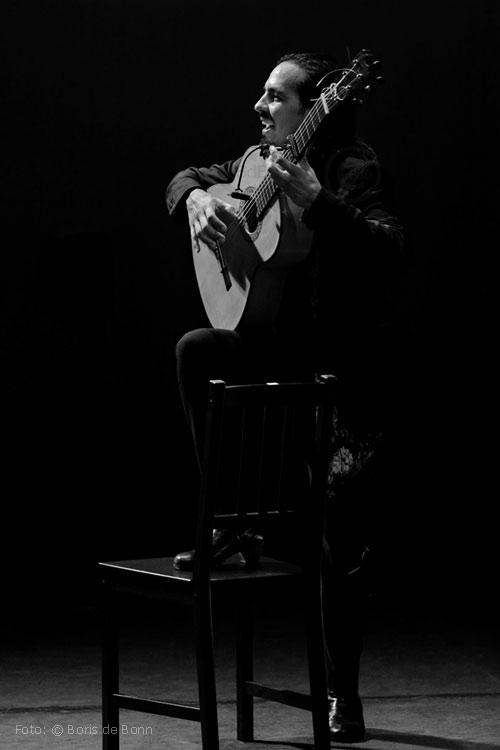 Farruquito spielt beim Fin de fiesta Flamenco-Gitarre / © Boris de Bonn