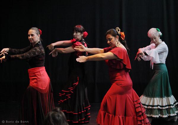 Flamenco-Dozentin Rosa Martínez (rotes Kleid) unterstützt ihre Schülerinnen beim Tanz por Alegrías