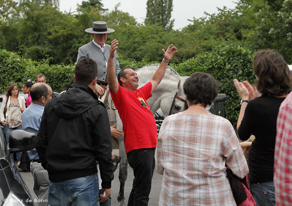 Flamenco-Aficionado Carlos bekundet seine Freude beim spanischen Sommerfest in La Fragua.