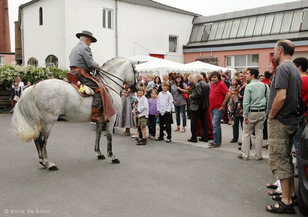 Reiter Rudolf Neuber und sein Andalusier Cartujano präsentieren andalusische Reitkunst beim Sommerfest & 10. Jubiläum des Tanzstudio La Fragua.